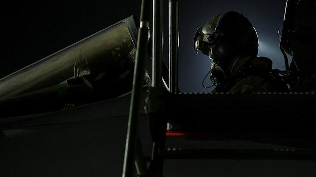 Un avion de combat Tornado piloté par un soldat britannique s'apprête à quitter l'île de Chypre, tard vendredi soir.