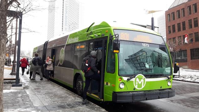 Un métrobus du Réseau de transport de la Capitale