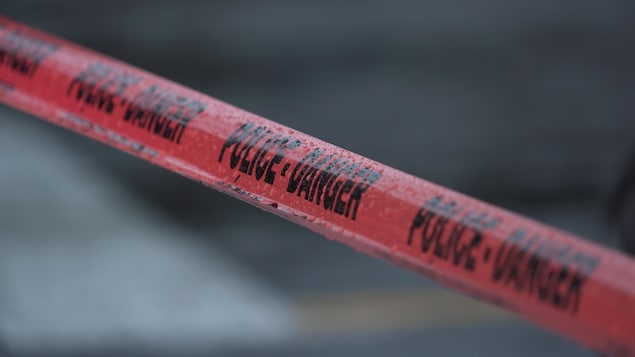 Un ruban rouge portant la mention « Police - Danger ».