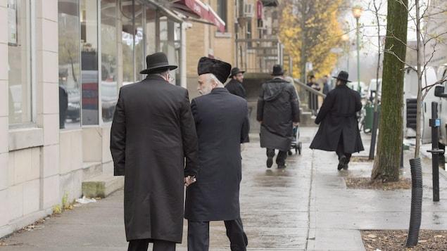 Des juifs hassidiques marchent sur la rue Bernard.