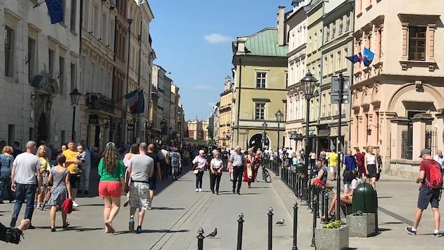 Des passants circulent dans une rue piétonnière.