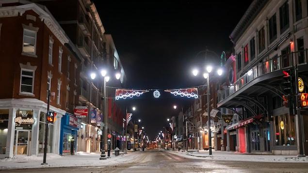 La rue des Forges déserte le soir.