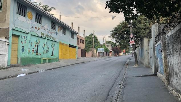 Une rue déserte de Port-au-Prince, en Haïti