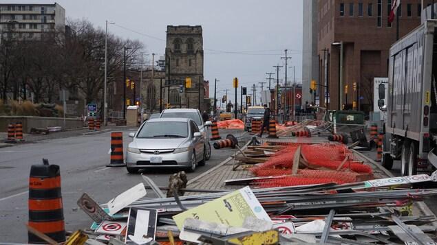Des panneaux de signalisation de travaux et des cônes jonchent le rue Elgin à Ottawa.