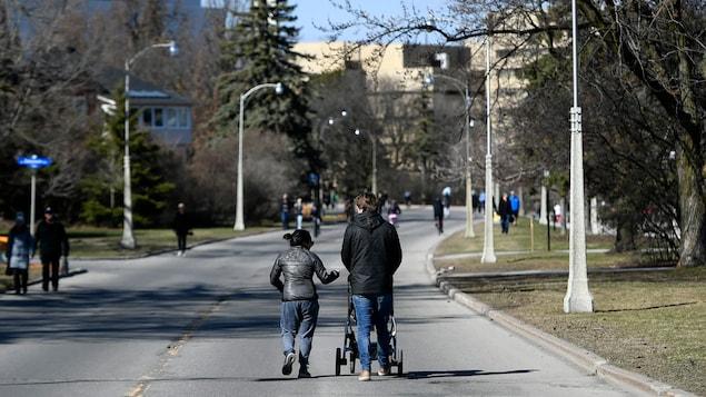 Des piétons marchent dans une rue.