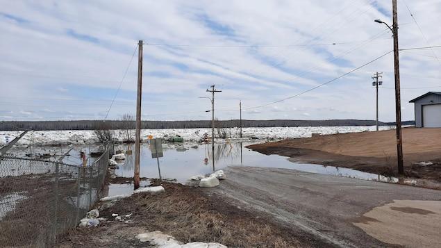 Une rue inondée à Fort Simpson