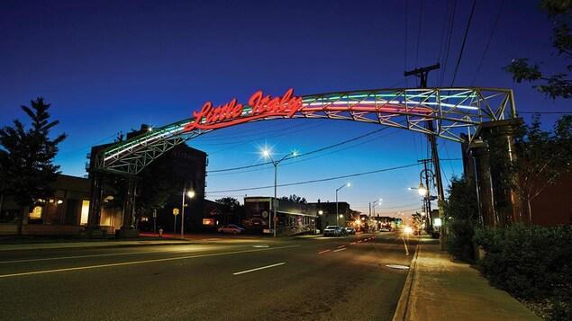 Une arche lumineuse avec l'écriteau Little Italy au-dessus de la rue Preston, à Ottawa.