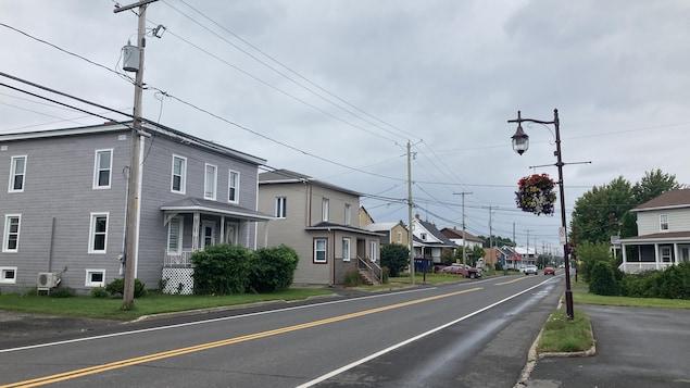La rue Principale à Saint-Flavien, en été.