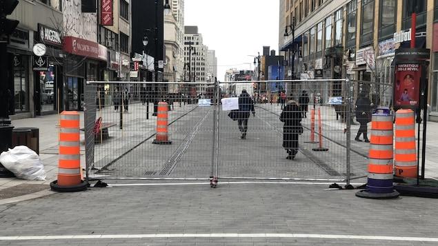 Une clôture interdisant l'accès aux voitures sur une portion de la rue Sainte-Catherine.