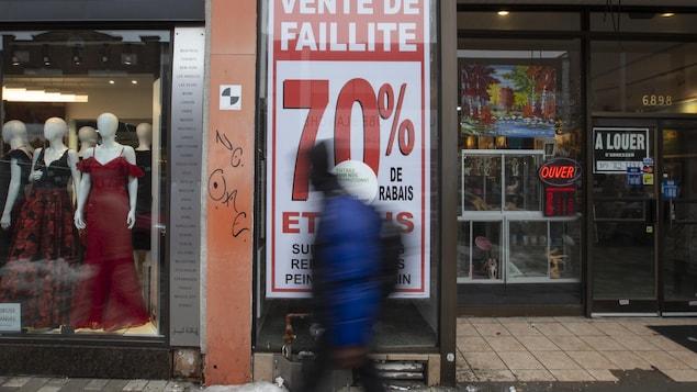 Un commerce annonce dans sa vitrine une vente de faillite.