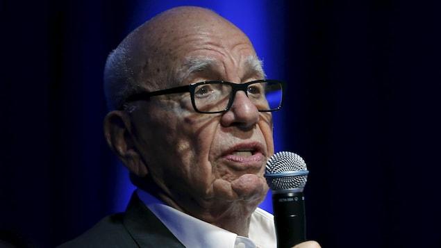 Ruppert Murdoch parle au micro.