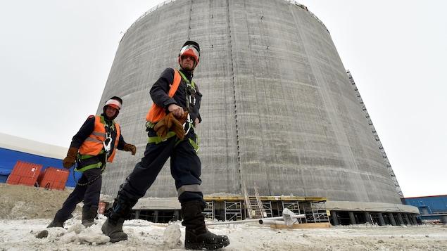 Des employés marchent près d'un réservoir de gaz naturel dans la péninsule de Yamal en Russie.