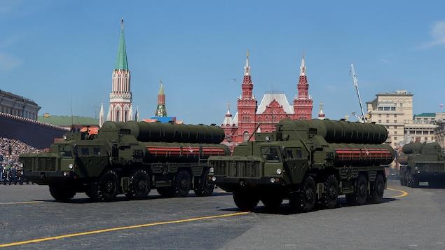 Des véhicules transportant des missiles russes S-400.