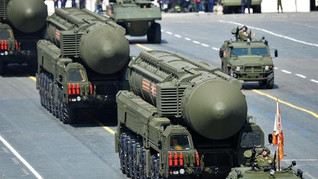 Exhibition de missiles longue portée lors d'un défilé militaire en Russie.