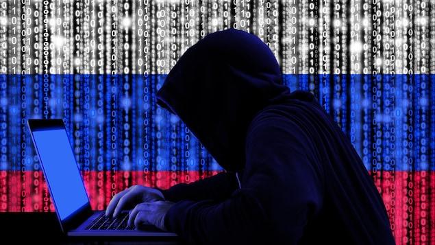 Un homme mystérieux devant un ordinateur. Derrière lui, des ligne de 0 et de 1 forment le drapeau russe.