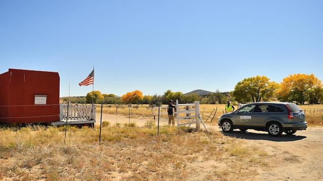 La voiture du médecin légiste pénètre sur les lieux de l'accident, dans le désert du Nouveau-Mexique.