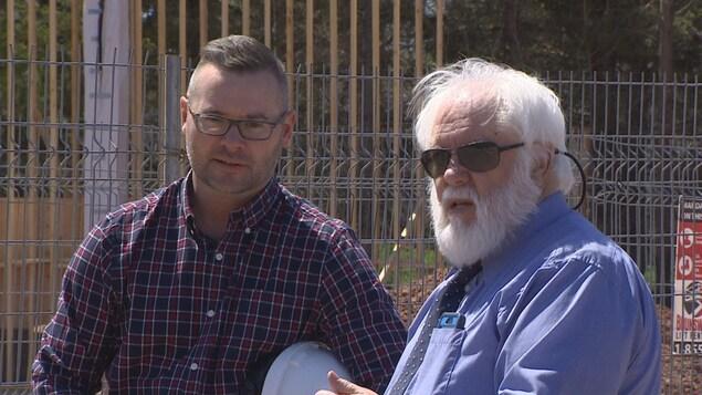 À gauche, Ryan McGuire, chef du projet pour Services publics et approvisionnement Canada, à droite, Irwin Judson, propriétaire Rusty Rover Tours