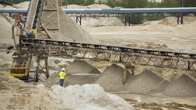 Un travailleur dans une carrière de sable