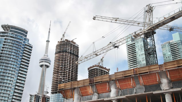 Des immeubles en construction au centre-ville de Toronto