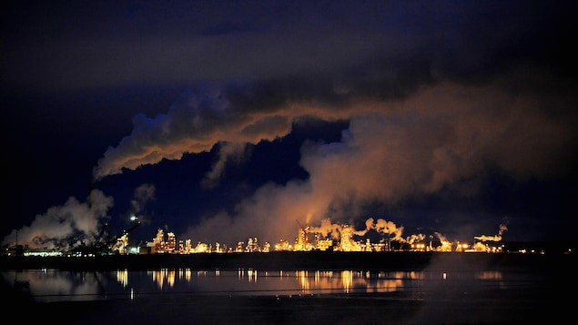 Vue de nuit du site d'extraction de Syncrude à Fort McMurray, en Alberta
