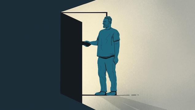 Un homme serre la main de quelqu'un d'anonyme, derrière une porte entre-ouverte.