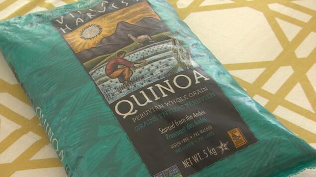 Plan rapproché d'un gros sac turquoise de 5kg de quinoa, qui vient des Andes, de la marque Village Harvest.