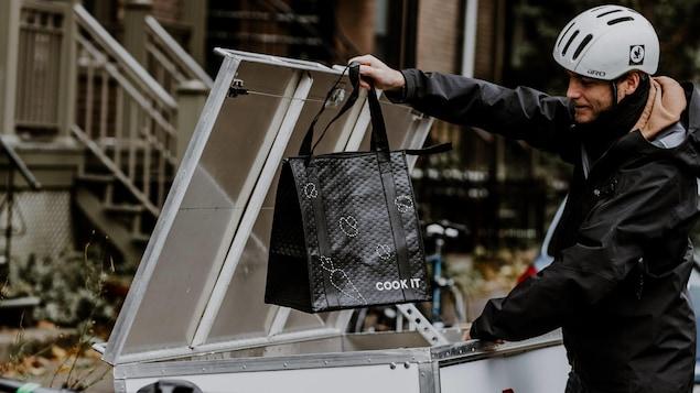 Le sac réutilisable est livré à vélo.