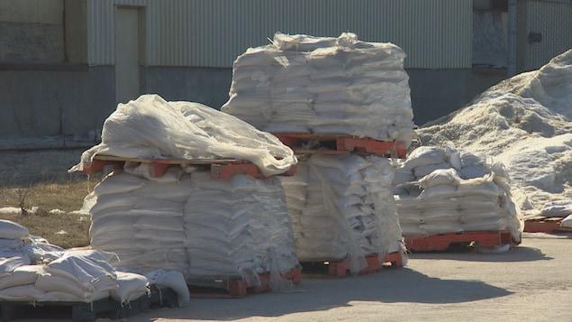 Des palettes de sacs de sable.