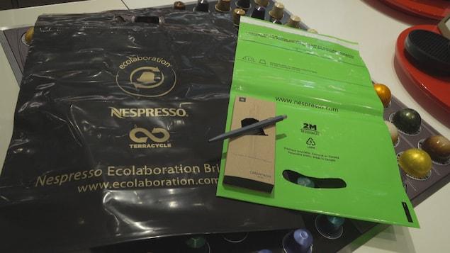 Des sacs pour le recyclage des capsules à café Nespresso.