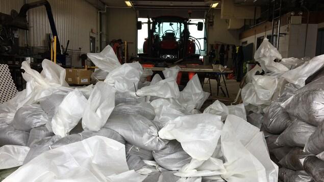 Des sacs de sable entassés dans le garage municipal de Chambord