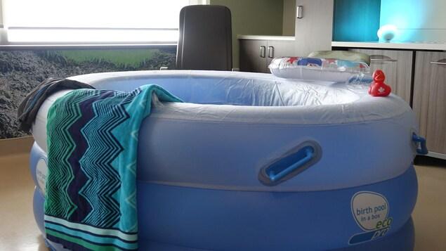 L'une des chambres comprend une petite piscine pour les accouchements dans l'eau.