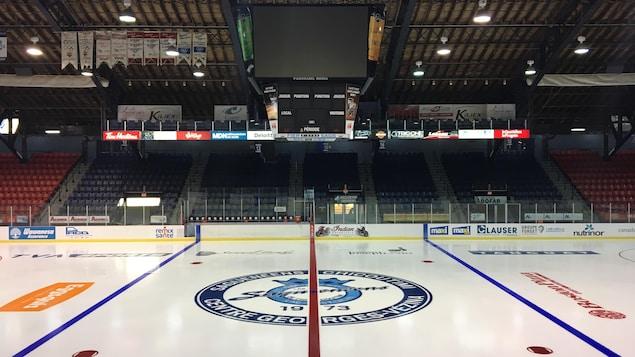 La patinoire et les estrades du Centre Georges-Vézina sont vides.