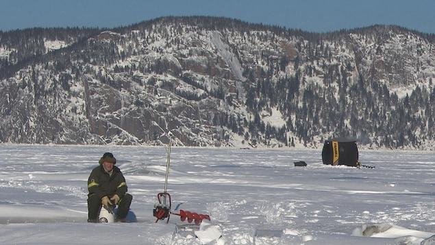 Un pêcheur sur la glace.