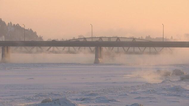 Le pont Dubuc par temps froid.