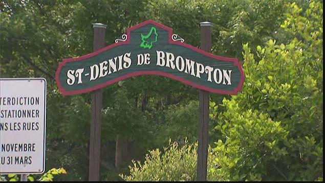 Le panneau d'entrée dans la ville de Saint-Denis-de-Brompton.