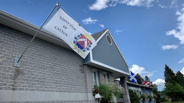Façade de l'hôtel de ville avec un drapeau de Saint-Élie-de-Caxton.