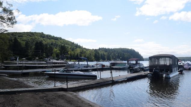 Succession de quais avec embarcations amarrées sur le lac de l'Achigan