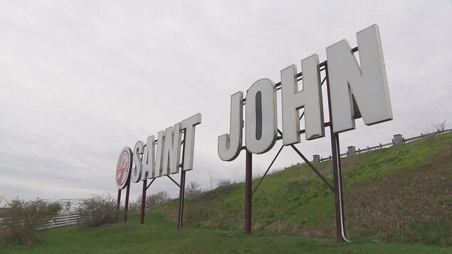 """Des lettres géantes de """"Saint John"""" sur une colline."""
