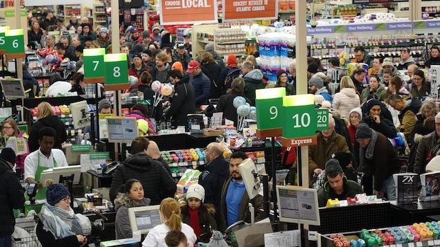 Une foule de gens dans une épicerie.
