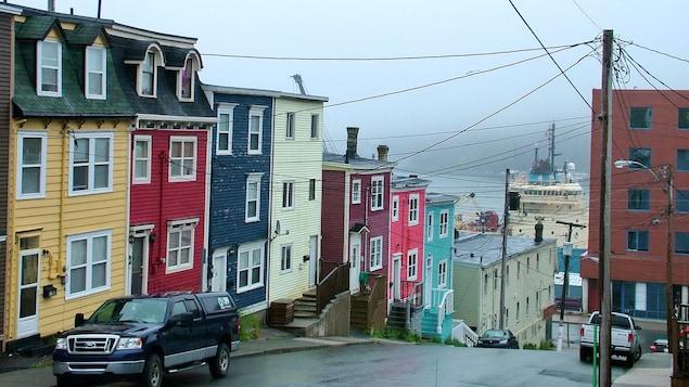 Une rue et des maisons colorées à Saint-Jean de Terre-Neuve.