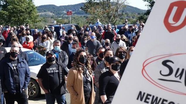 Une affiche syndicale avec en arrière-plan la foule de manifestants.