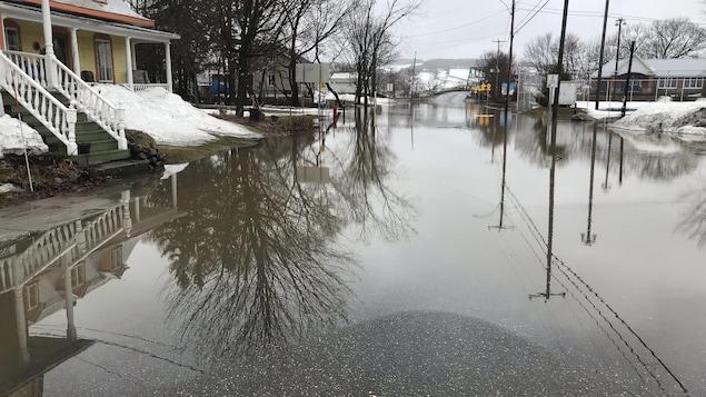 Une rue inondée à Saint-Joseph, en Beauce