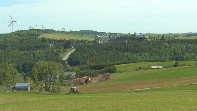 Village de Saint-Léandre et éoliennes