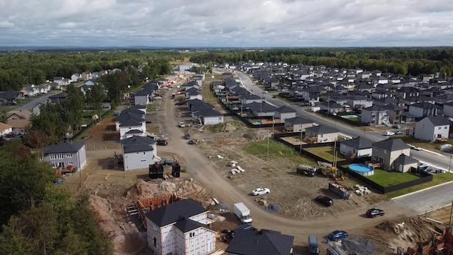 Des maisons alignées sur quelques rues.