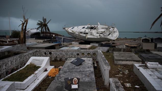 Un voilier s'est échoué dans un cimetière sur l'île de Saint-Martin, lors du passage dévastateur d'Irma.