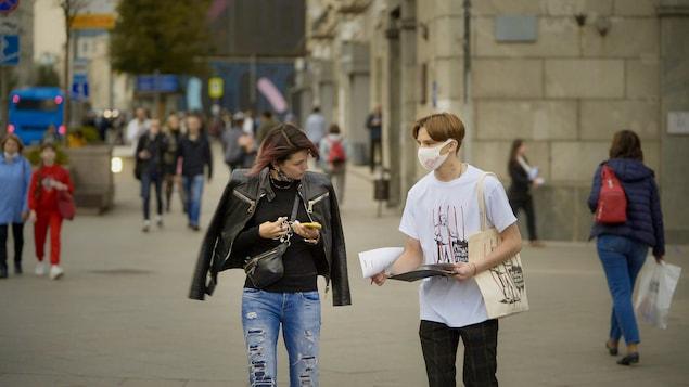 Un jeune moscovite distribue des papiers.