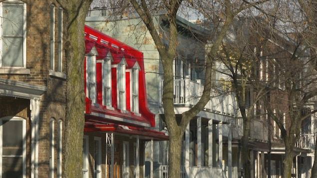 Le quartier Saint-Sauveur situé dans la basse-ville de Québec est en pleine mutation avec ses nouveaux commerces, ses nouveaux résidents et ses maisons rénovées.