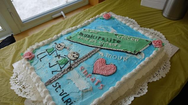 Un gâteau est venu sceller l'engagement de Saint-Ulric envers les enfants.