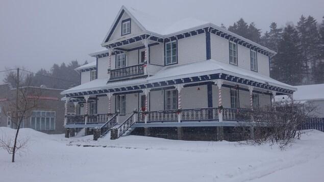 Vieille maison en hiver.