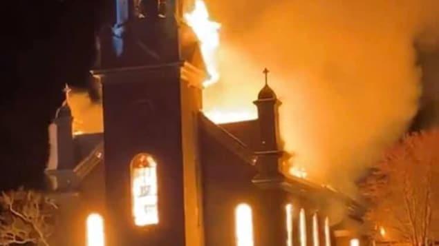 Une église complètement en flammes.